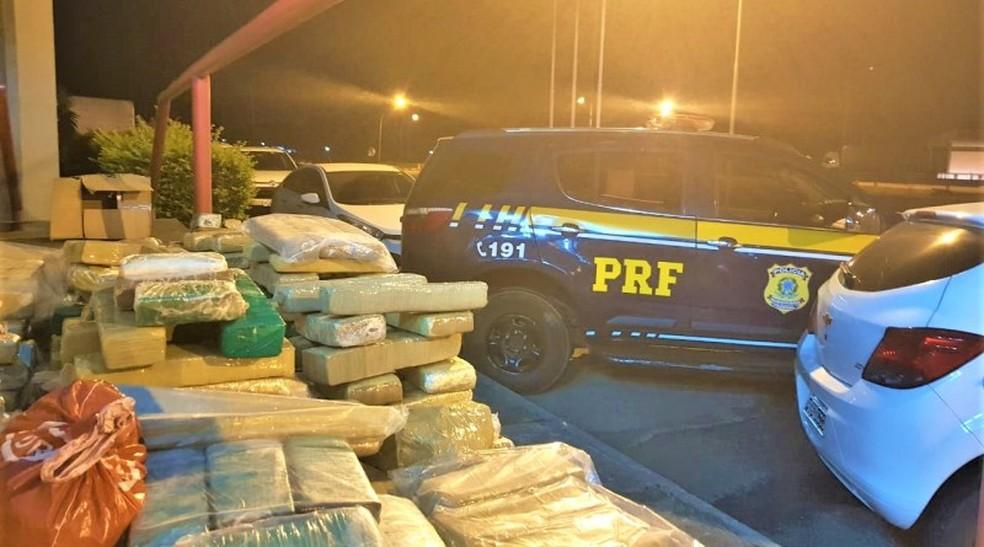 Duzentos quilos de maconha são apreendidos após perseguição policial em rodovia na Bahia — Foto: Divulgação/PRF