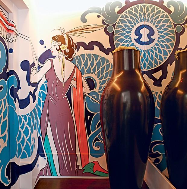 A maior ousadia desta casa é o fine art no hall do elevador, que tem perfume art déco e foi feito por Arthur de Camargo. O vaso enorme é da Kartell. Reforma comandada pela designer de interiores Carol Lovisaro (Foto: Victor Affaro)