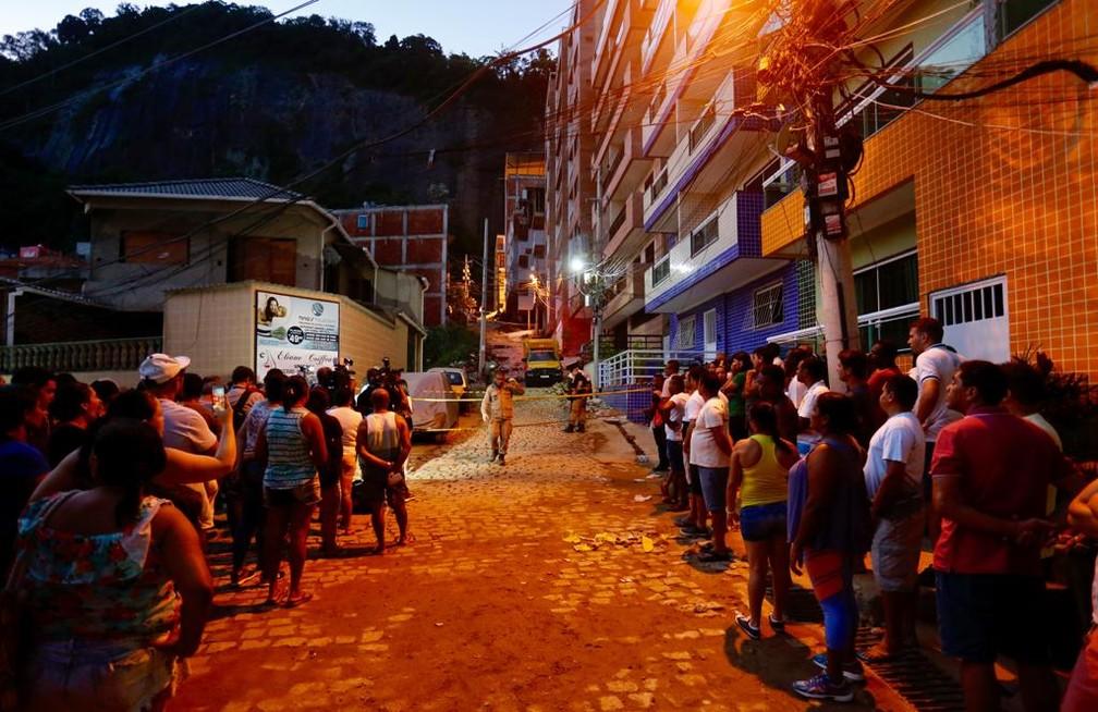 Moradores aguardando notícias na Muzema â?? Foto: Marcos Serra Lima/G1