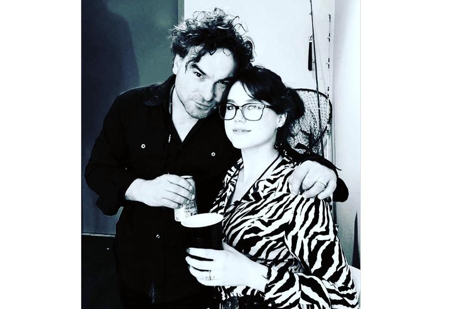 Johnny Galecki e a namorada Alaina Meyer (Foto: Instagram)