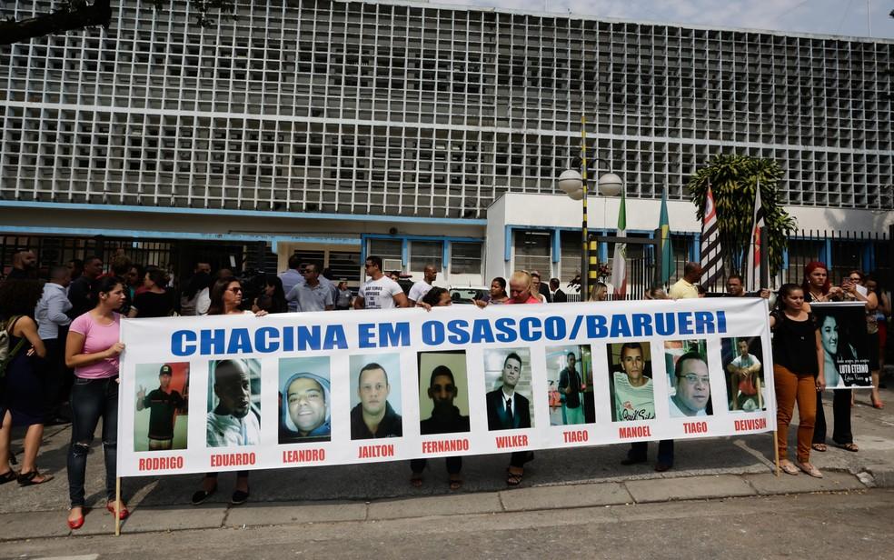 Em  2017 parentes das vítimas mortas na chacina protestaram do lado de fora do Fórum Criminal de Osasco, na Grande São Paulo — Foto: Alice Vergueiro/Estadão Conteúdo