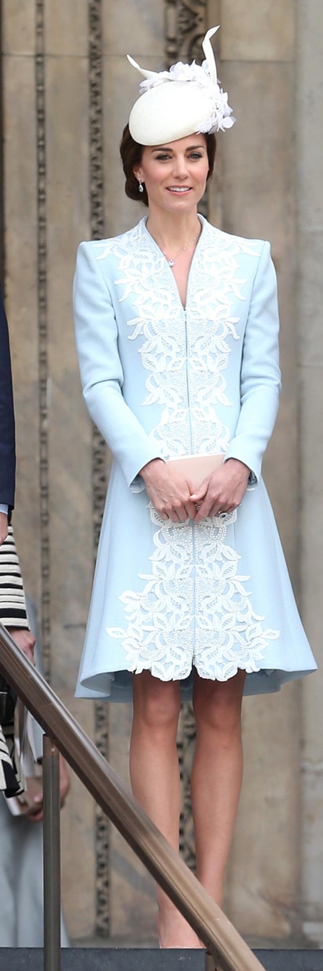 Outro emblemático Catherine Walker de Kate: no aniversário de 90 anos da rainha Elizabeth II (Foto: Getty Images)