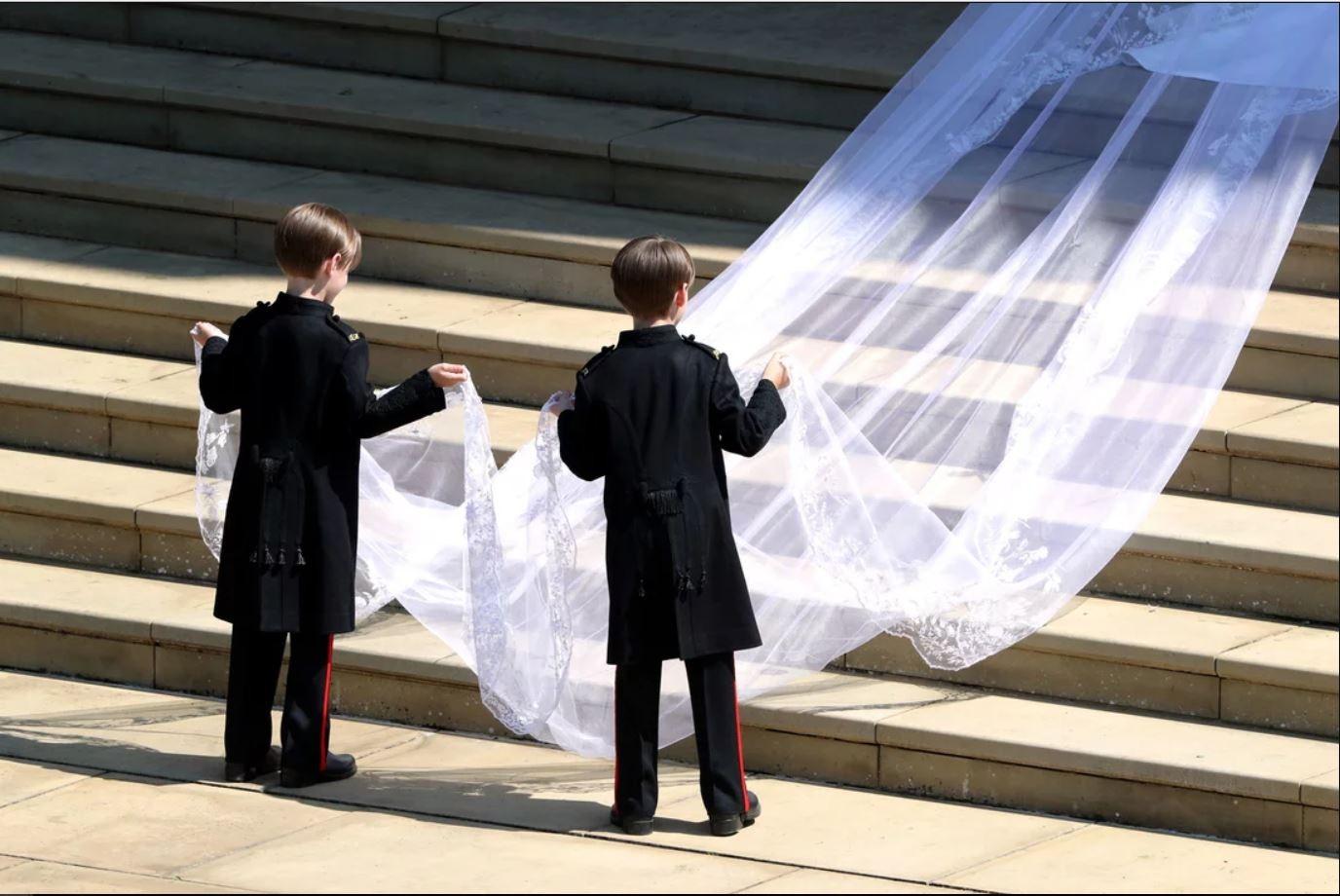 Gêmeos segurando véu de Meghan ates de entrar na capela (Foto: Reprodução Youtube)