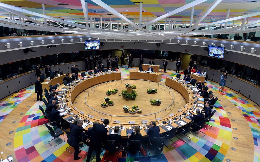 Líderes da União Europeia participam de reunião no Conselho Europeu, em Bruxelas, na Bélgica, para discutir uma extensão do prazo do Brexit, na quinta-feira (21) — Foto: Aris Oikonomou, Pool Photo via AP