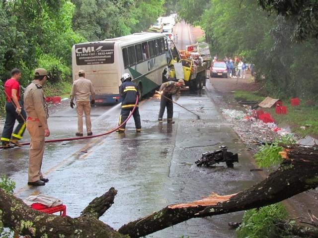 Mulher morre e outras 38 pessoas ficam feridas em acidente entre ônibus e caminhão na PR-082, no norte do Paraná