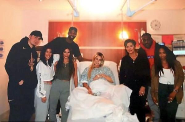Khloé Kardashian e Tristan Thompson com amigos e família durante parto de True (Foto: Instagram)