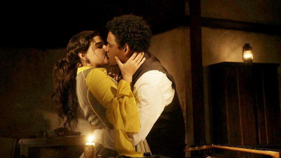Após pedido de perdão, Pilar (Gabriela Medvedovski) beijará Samuel (Michel Gomes) em 'Nos Tempos do Imperador' — Foto: Globo/Divulgação