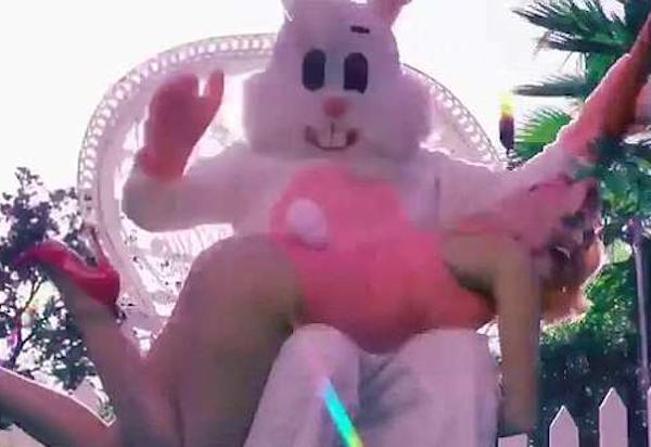 A cantora Miley Cyrus no ensaio polêmico com a presença do coelhinho da Páscoa (Foto: Instagram)
