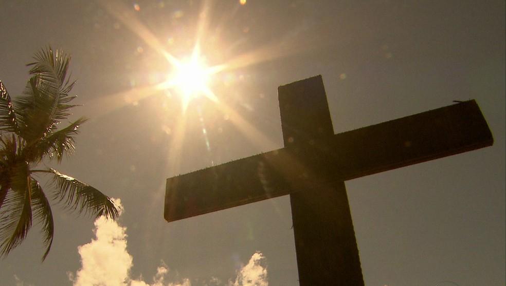 Diversas cruzes foram fincadas na praia do Pina em protesto contra homicídios em Pernambuco — Foto: Robson Batista/TV Globo