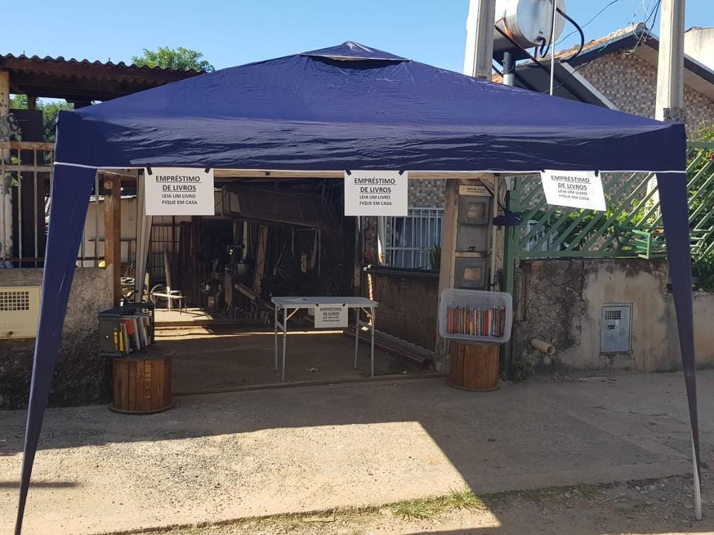 Biblioteca solidária montada por educador social na frente da sua residência, no Jardim Campo Belo I, em Campinas (SP) — Foto: Alex Bahia/Arquivo pessoal