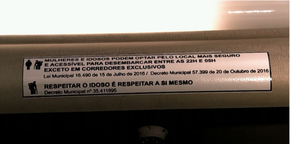 Todos os ônibus terão adesivos informativos até o final de setembro — Foto: Reprodução