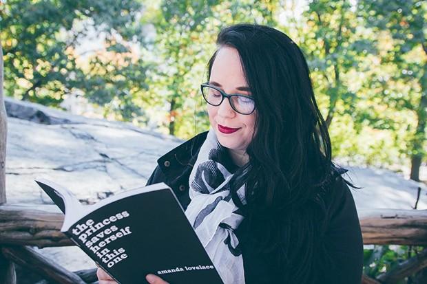 Amanda Lovelace: seus poemas repercutiram graças às redes sociais  (Foto: Divulgação)