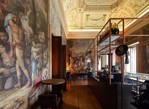 Obras de arte cercam o bar e conferem elegância a todo ambiente (Foto: Alexander Bogorodskiy/ Designboom/ Reprodução)