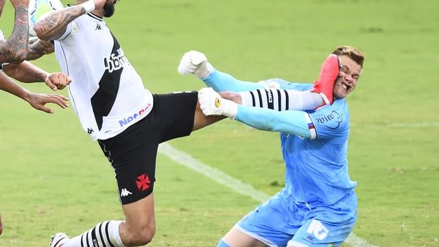 Castan faz falta dura em Douglas, em Vasco x Bahia, pelo Campeonato Brasileiro