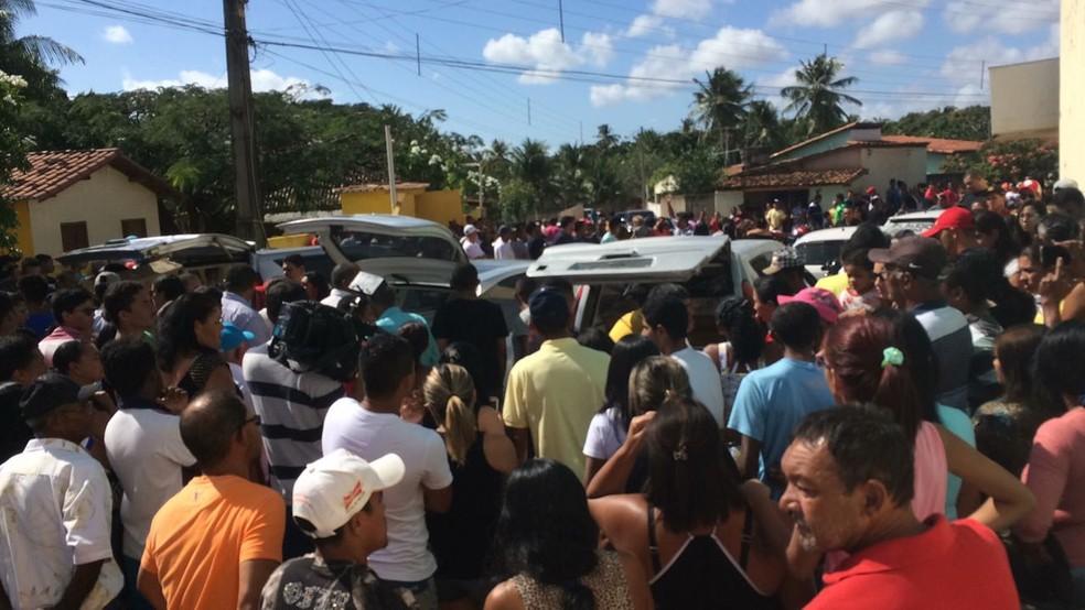 Velório das vítimas da chacina de Extremoz, no RN, reuniu muitas pessoas da comunidade (Foto: Heloísa Guimarães/Inter TV Cabugi)