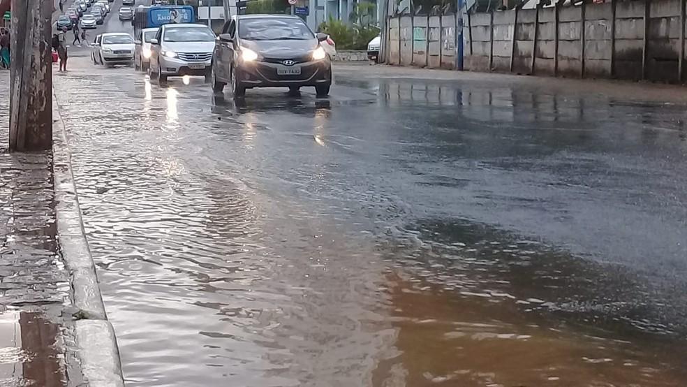 Vazamento formou grande poça de água e deixa trânsito lento no bairro do Stiep, em Salvador  — Foto: Cid Vaz/TV Bahia