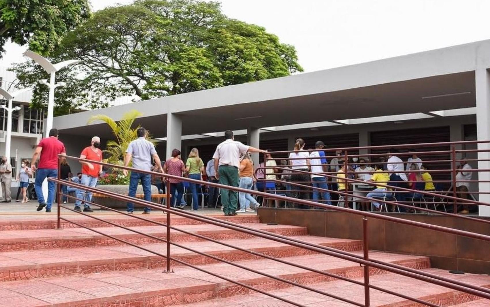 Ao menos duas cidades vacinam pessoas fora dos grupos prioritários a receber doses da CoronaVac em Goiás, diz conselho