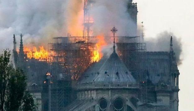 Catedral de Notre-Dame, com mais de 850 anos, foi consumida pelo fogo (Foto: AFP/ Via BBC News Brasil)