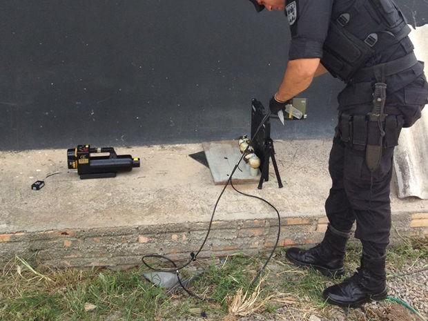 Policiais do Bope fizeram a detona��o dos explosivos encontrados na casa do idoso desaparecido (Foto: Pol�cia Civil de MT)