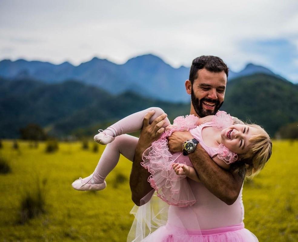 Pai e filha se divertem durante ensaio fotográfico (Foto: Cássio Claro/Arquivo)