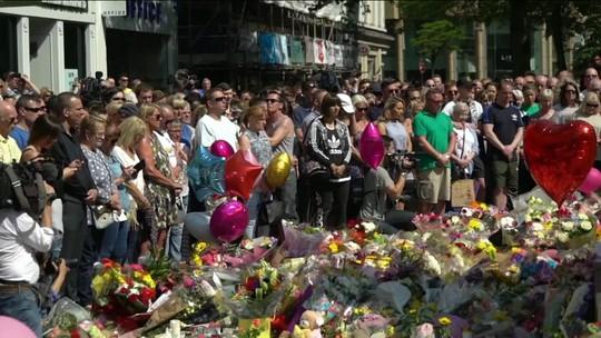 Manchester faz um minuto de silêncio em homenagem às vítimas de ataque