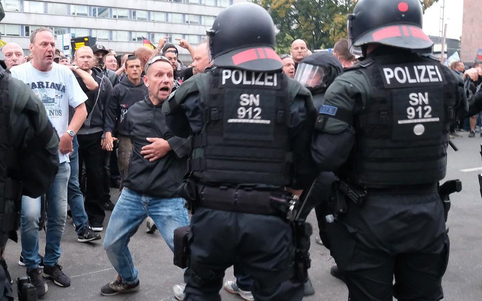 Forças de segurança entram em confronto com manifestantes de extrema-direita em Chemnitz, na Alemanha, na última segunda-feira (27) (Foto: Sebastian Willnow/dpa/AFP)