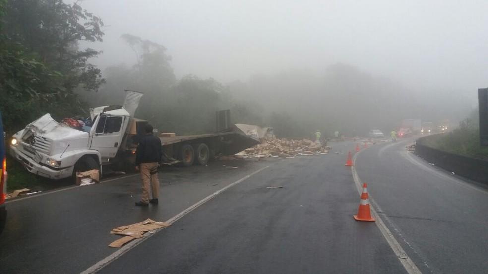 Caminhão tombou no quilômetro 666 da BR-376 (Foto: PRF/Divulgação)