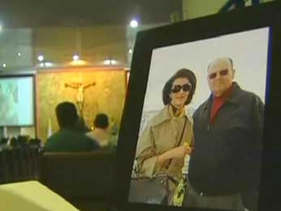 O casal José Guilherme Vilela e a Maria Carvalho Mendes Villela, assassinados em 2009, em foto de porta-retrato durante missa — Foto: TV Globo/Reprodução