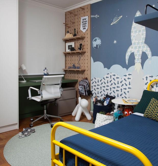 A roupa de cama, um cesto e objetos decorativos em tons de azul finalizam a decoração (Foto: Divulgação / Marco Antônio)