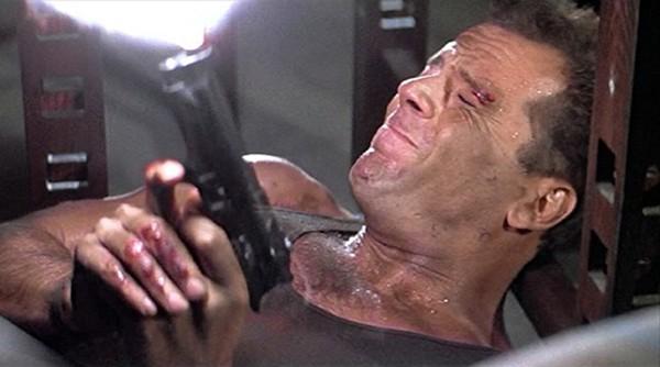 O ator Bruce Willis em cena de Duro de Matar (1988) (Foto: Divulgação)