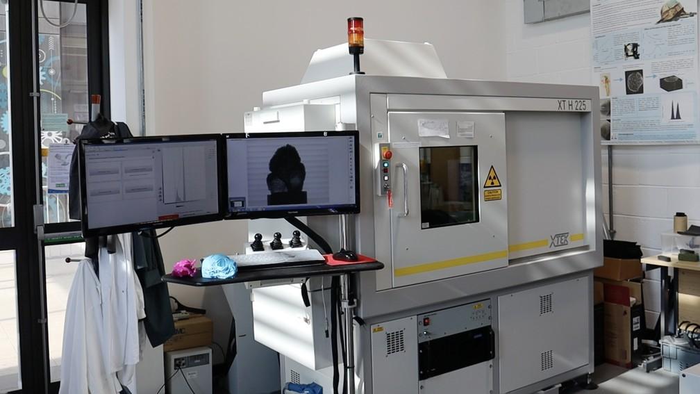 Foto mostra a máquina usada para escanear, em 3D, as múmias egípcias. — Foto: Swansea University