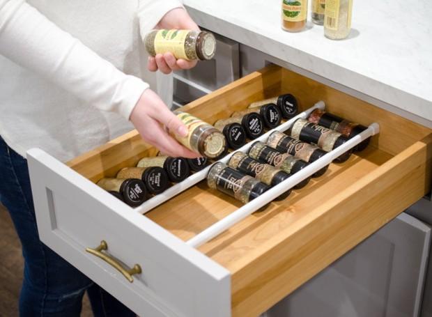 As barras ajudam a manter a ordem até dentro das gavetas (Foto: Pinterest/Reprodução)
