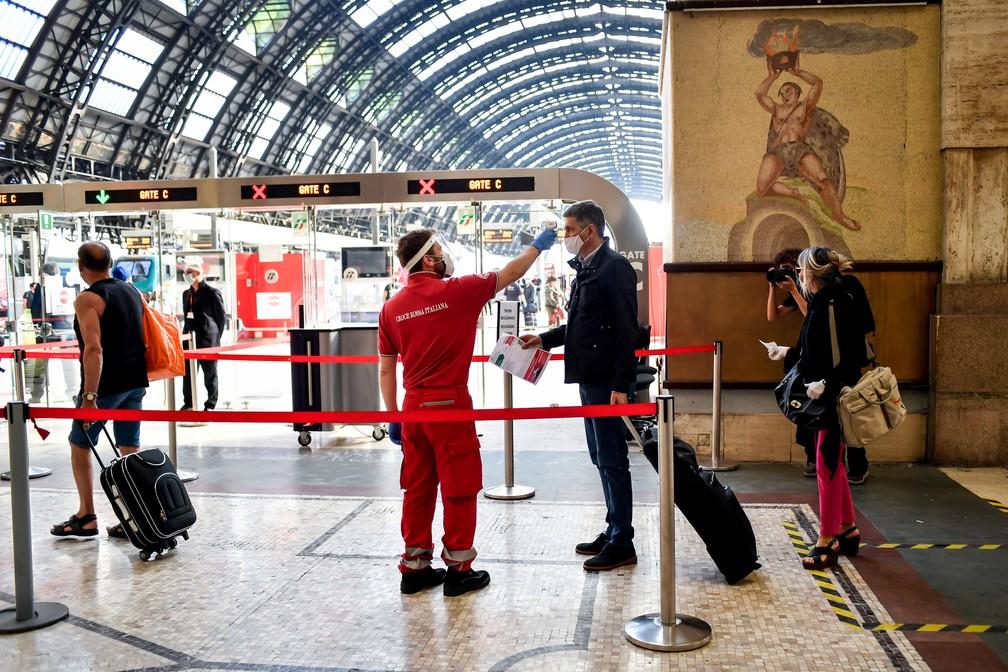 3 de junho - Funcionário verifica a temperatura corporal dos passageiros na Estação Ferroviária Central, em Milão, na Itália — Foto: Claudio Furlan/La Presse/Dia Esportivo/Estadão Conteúdo