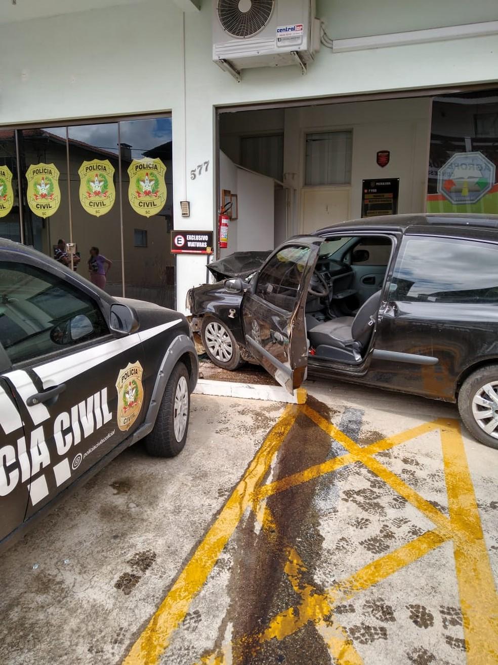 Acidente ocorreu na tarde deste domingo no Centro de Rio Negrinho — Foto: Corpo de Bombeiros/ Divulgação