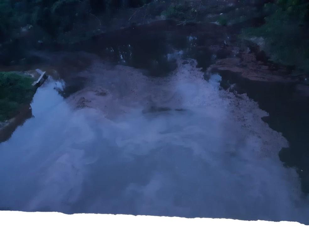 Vazamento de diesel atingiu igarapé na BR-319 — Foto: Divulgação/PRF