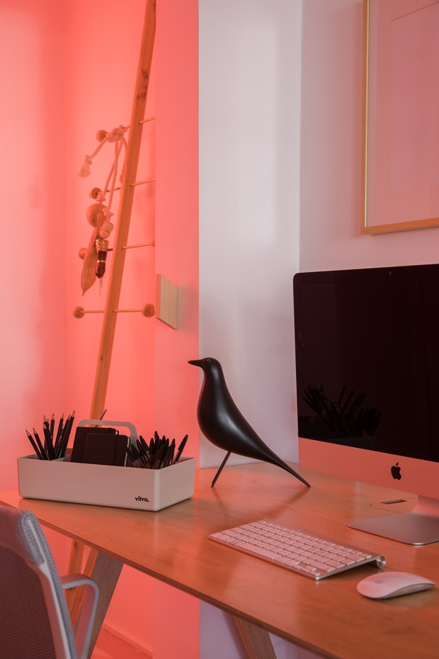 Décor do dia: home office rosa com neon e plantas (Foto: Divulgação)
