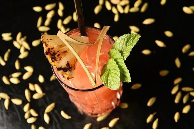 O Artacho-cola é feito com vodka de baunilha, mix de sucos (melancia, abacaxi e limão) e gaseificado com especiarias (Foto: Bruno de Lima)