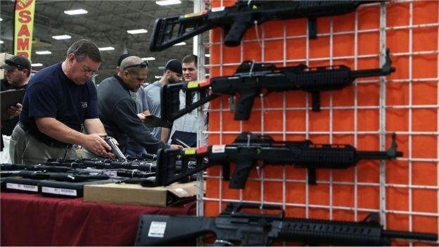 Nos EUA, a indústria das armas representa US$ 50 bi, uma parte relativamente pequena da economia como um todo (Foto: GETTY IMAGES via BBC)