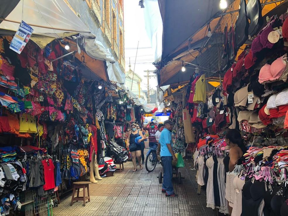 Centro de Manaus tem movimento durante retomada do comércio — Foto: Rebeca Beatriz