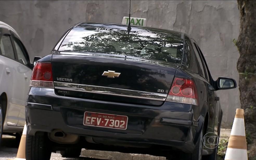 Táxi preto na cidade de São Paulo — Foto: Reprodução TV Globo