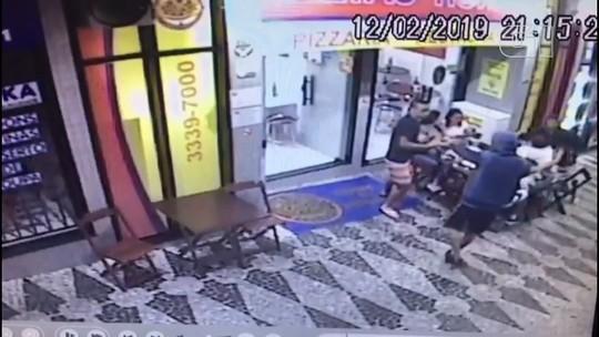 Assaltantes armados roubam clientes em frente à pizzaria, em Curitiba