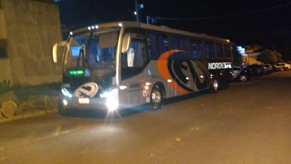 De acordo com a Polícia Civil, mais de 40 pessoas estavam no ônibus assaltado (Foto: Rafael Silvestrin)