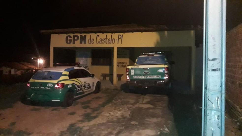 Viaturas metralhadas no GPM de Castelo do Piauí — Foto: Divulgação/ PM Castelo do Piauí