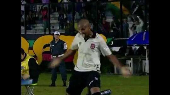 Não é a 1ª vez! Vaz passou a frente de Juninho e bateu a falta. Mas fez o gol