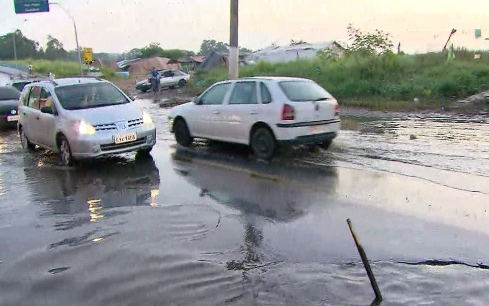 Ruas cheias de poças gigantes na Vila Itaim  — Foto: Reprodução/TV Globo