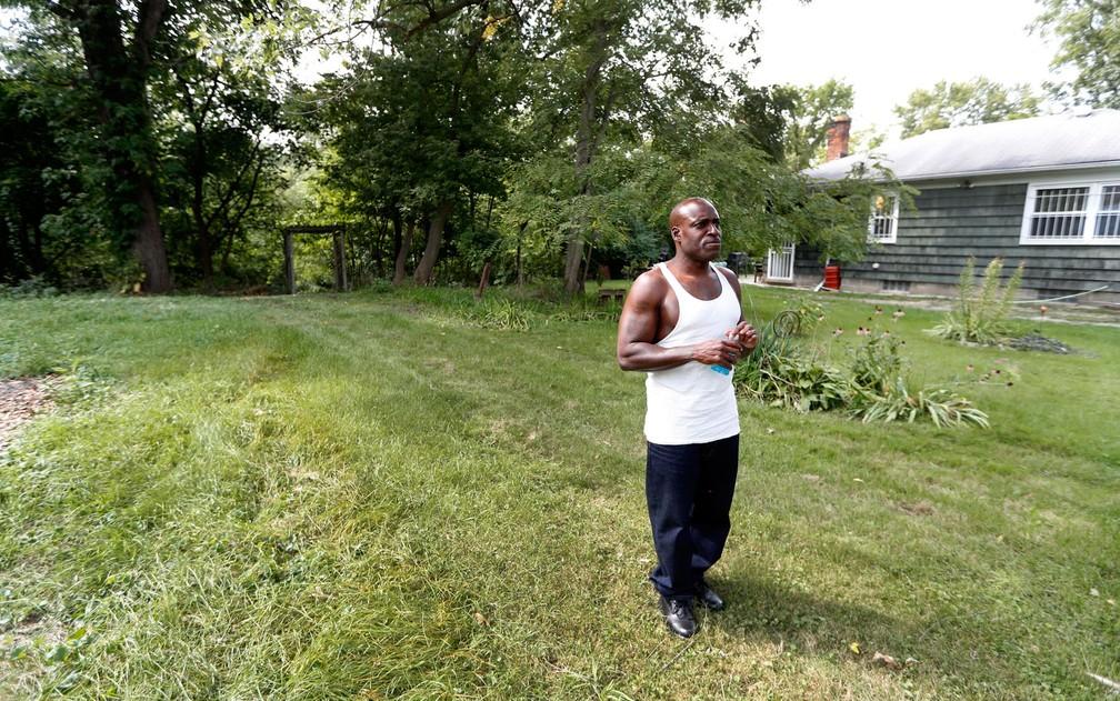 Bobby Hines no quintal da casa de sua irmã em Detroit, no dia 12 de setembro (Foto: AP Photo/Paul Sancya)
