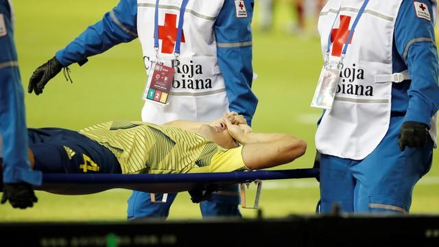 Santiago Arias é levado após grave lesão no tornozelo esquerdo durante Colômbia x Venezuela