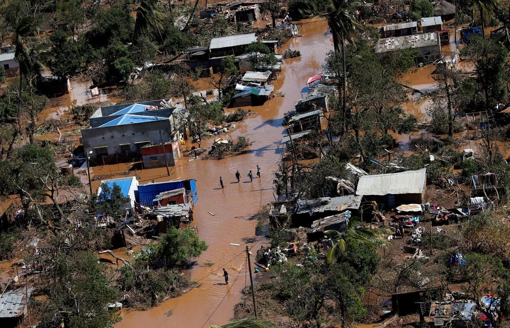 Inundação causada por ciclone atinge subúrbio de Beira, segunda maior cidade de Moçambique — Foto: Siphiwe Sibeko/Reuters