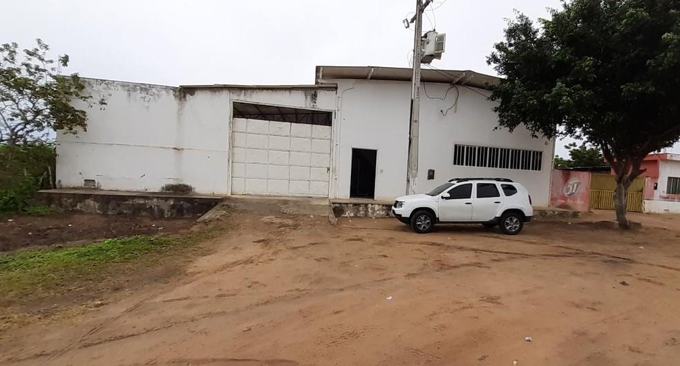 Fábrica onde empresa produzia álcool em gel irregular, em Lagoa de Pedras, no RN — Foto: Polícia Civil/Divulgação
