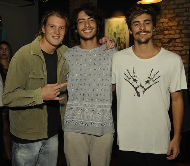 Pedro Novaes com um amigo e Bruno Montaleone (Foto: Divulgação/Jan Sen)